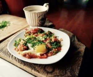 Jaja sadzone na pomidorach